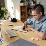 didattica-a-distanza-scuola-educazione-smartphone-tablet-pc-desktop-laptop-incentivi